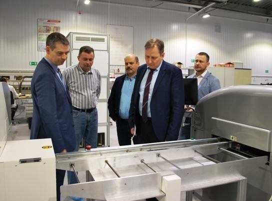 Генеральный директор «Совтест АТЕ» Игорь Марков провел для представителей компании JUKI небольшую экскурсию по заводу